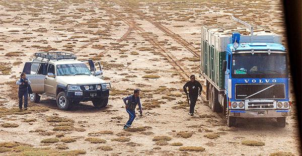 intercepción en medio del  altiplano de oruro Tres efectivos del COA corren hacia un camión, supuestamente cargado con mercadería de contrabando, en una zona cercana a la comunidad de Sabaya, en Oruro. Fue el jueves de esta semana
