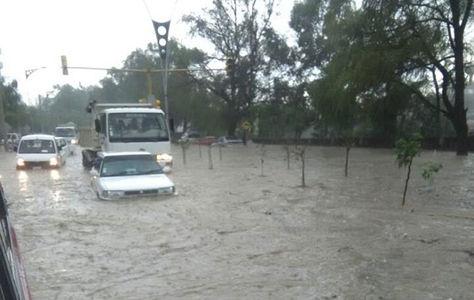 Vehículos quedaron parcialmente bajo el agua tras la intensa lluvia de hoy