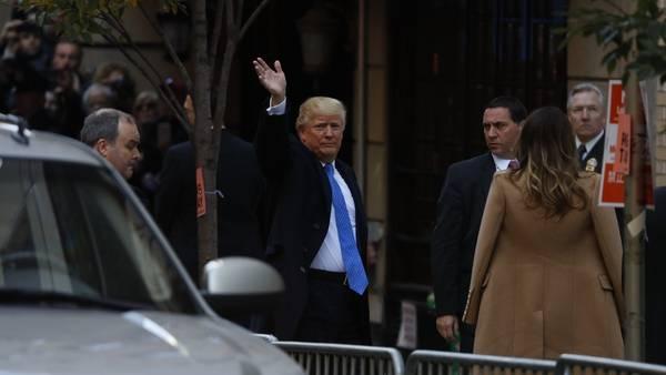 Llegada. Donald Trump, este martes, entra al centro de votación en Nueva York. /AFP