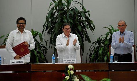 Bruno Rodriguez Parrilla (centro) junto a Iván Márquez (izda.) y Humberto de la Calle. Foto: AFP