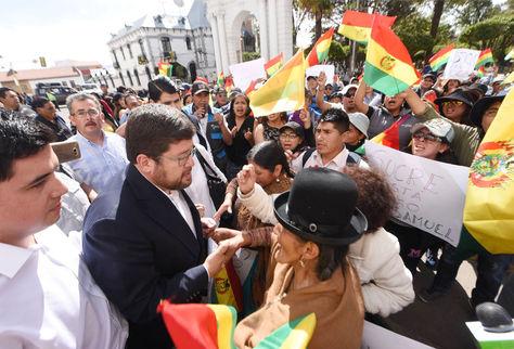 Samuel Doria Medina en puertas del Tribunal Supremo de Justicia, en Sucre, saluda a la gente que fue a expresarle su respaldo. Foto: Wara Vargas