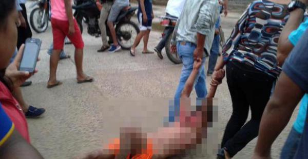 El cuerpo de Elvis César Alcázar quedó tirado en la plaza de Reyes donde lo lincharon