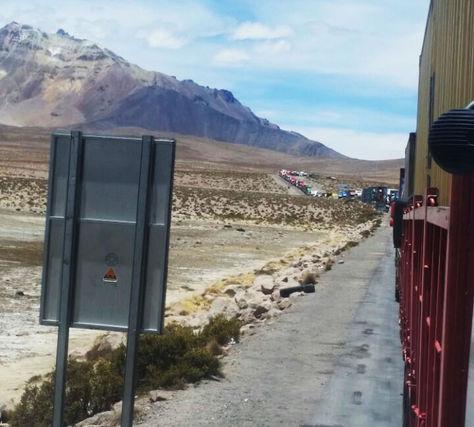 Una columna de vehículos de carga boliviana parados en la frontera de Chile por el paro de funcionarios de ese país.