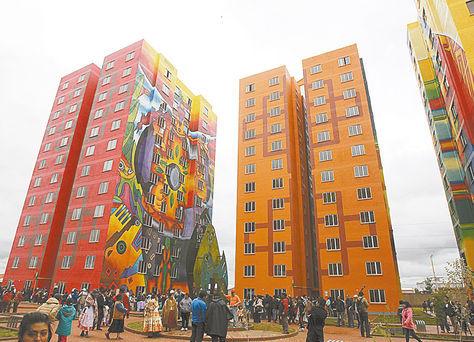 Vista de los bloques de viviendas sociales del condominio Wiphala en El Alto.