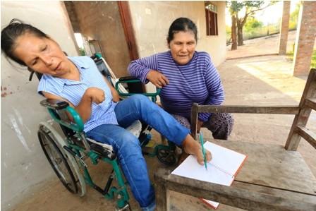 Rocio-escribe-con-los-pies-para-terminar-sus-estudios