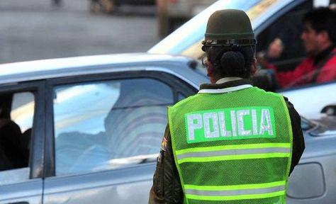 Una mujer policía realiza el ordenamiento del tráfico vehicular en La Paz. Fot: Archivo