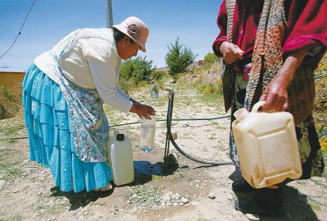 En algunos barrios de La Paz colocaron grifos comunitarios para abastecer de agua a la población