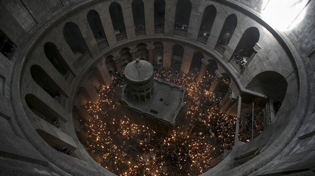 Devotos sostienen velas durante la ceremonia cristiana ortodoxa de la Luz Sagrada en la iglesia del Santo Sepulcro de Jerusalén, el 11 de abril de 2015.