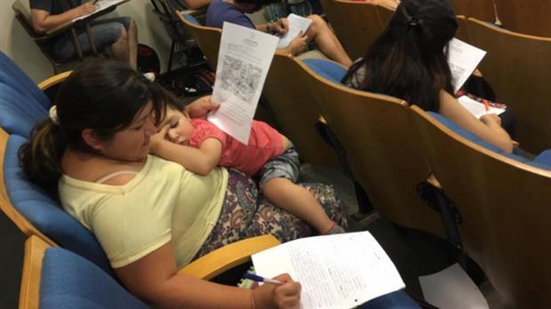 Alicia Brito junto a su hija durante el examen