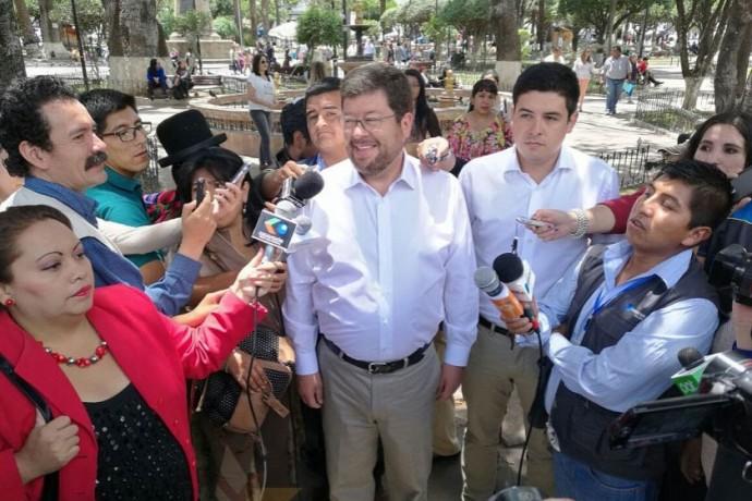 Samuel Doria Medina esta mañana en la plaza 25 de Mayo. Foto: CORREO DEL SUR