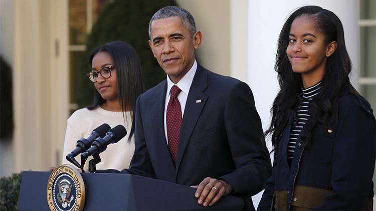 El presidente Barack Obama junto con sus hijas Sasha y Malia en un jardín de la Casa Blanca, el 25 de noviembre de 2015.