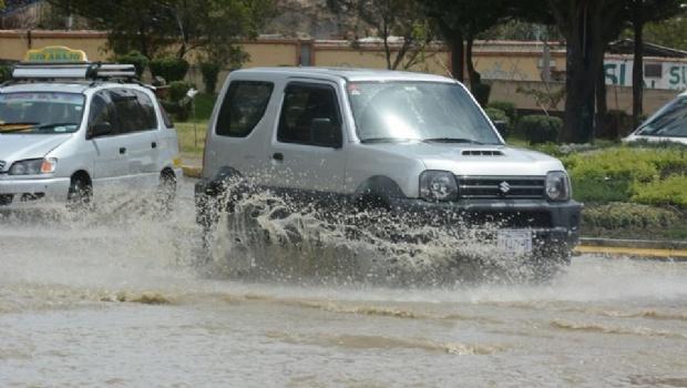 """Fuga de agua inunda avenidas aledañas al parque de """"Las Cholas"""""""