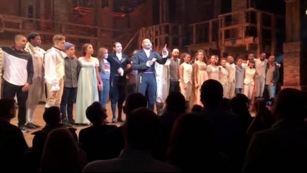 El actor Brandon Victor Dixon le leyó el mensaje a Mike Pence desde arriba del escenario. (AP)