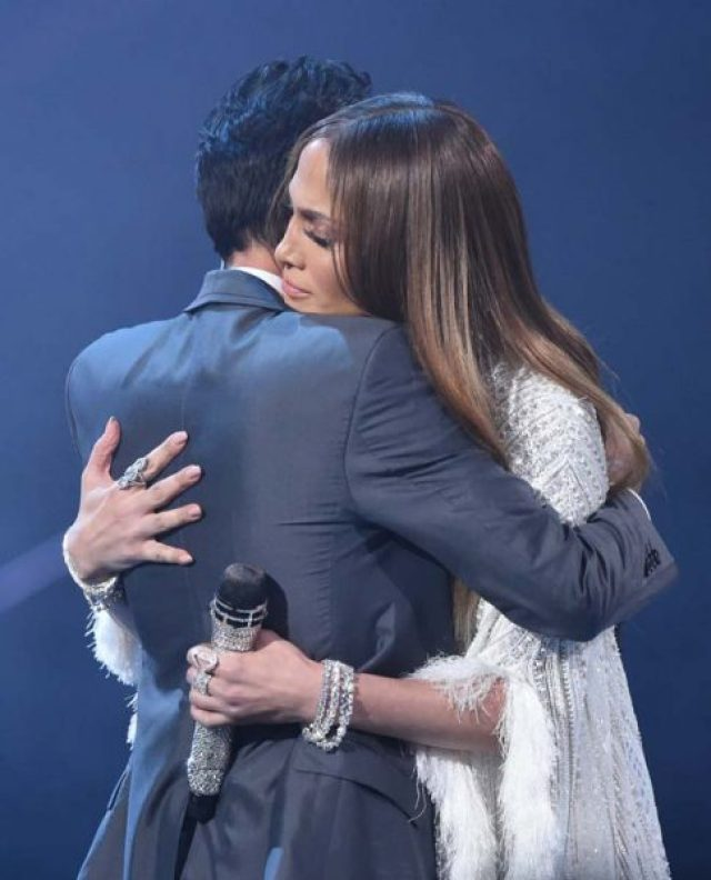 Jennifer Lopez (R) hugs Marc Anthony during the 17th Annual Latin Grammy Awards on November 17, 2016, in Las Vegas, Nevada. / AFP PHOTO / Valerie MACON