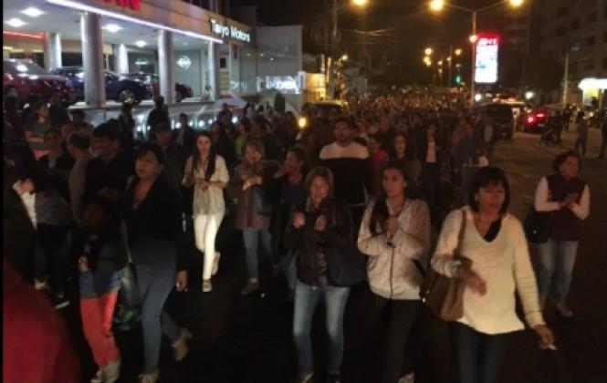 Centenares de vecinos de la zona Sur de La Paz protestan por falta de agua ante embajada china