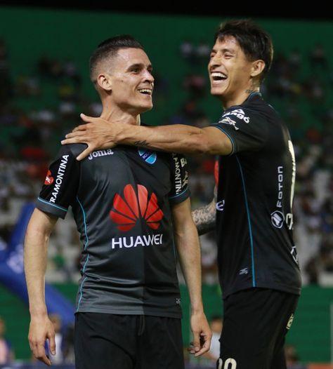 Juan Miguel Callejón, autor del gol, es felicitado por Nelson Cabrera.