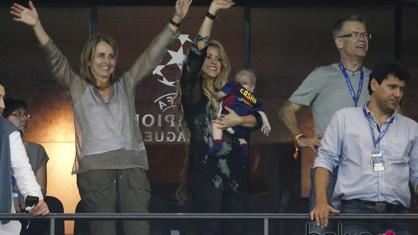 Shakira junto a los padres de Piqué y su hermano Tonino