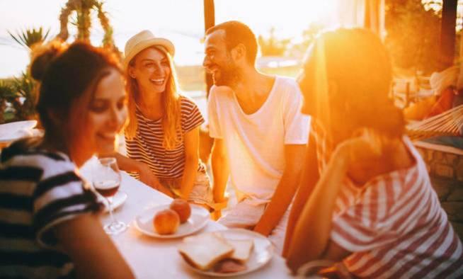Dedícale un poco de tiempo a tus amigos, tu cerebro te lo agradecerá. (iStock)