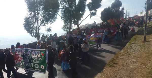 Centenas de vecinos protagonizan una masiva marcha y se sumarán a gente en La Paz para ir a puertas del Ministerio de Medio Ambiente.