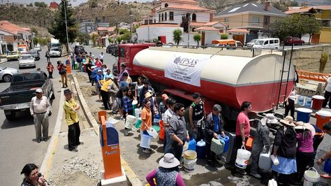 Vecinos de la zona sur reciben agua de camiones cisterna