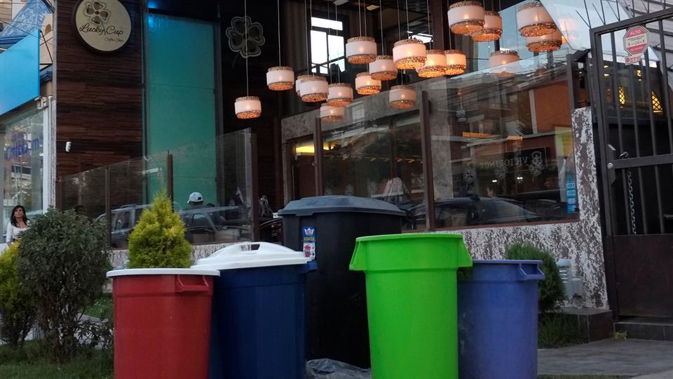 Un restaurant deja tachos en la vereda para cargarlos cuando pase el camión con agua. Foto: Reuters / David Mercado