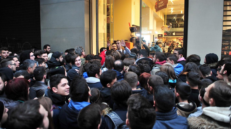 Gente espera afuera de una tienda a que abra sus puerta en Atenas, Grecia. Foto: AFP / Sakis Mitrolidis