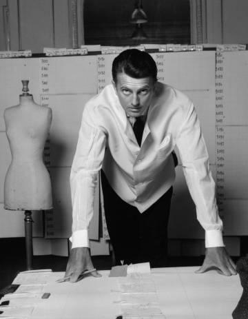 Hubert de Givenchy, en su estudio de París a mediados de los 50.