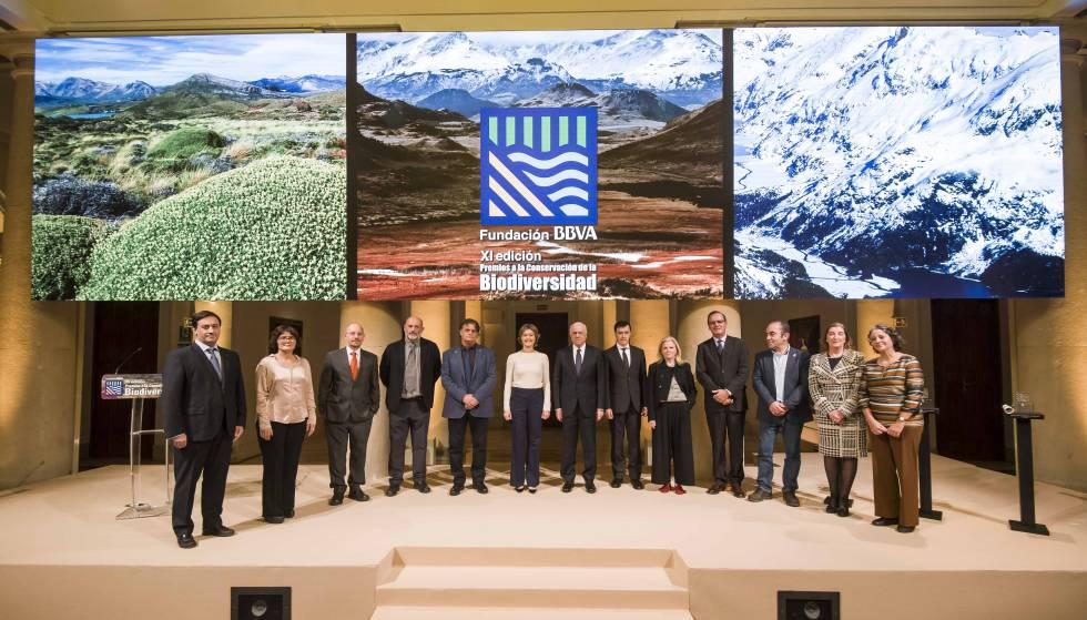 Los galardonados y los jurados durante la ceremonia de entrega de los XI Premios a la Conservación de la Biodiversidad de la Fundación BBVA, que ha estado presidida por el presidente de la Fundación BBVA, Francisco González.