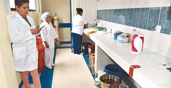 En algunos hospitales de la zona sur utilizan baldes con agua para dotar a los laboratorios