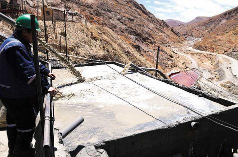 Estaño. Un trabajador observa un estanque de agua que se recicla durante el proceso de concentración de minerales.