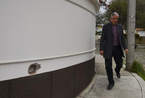 García Linera junto al hueco en su casa.