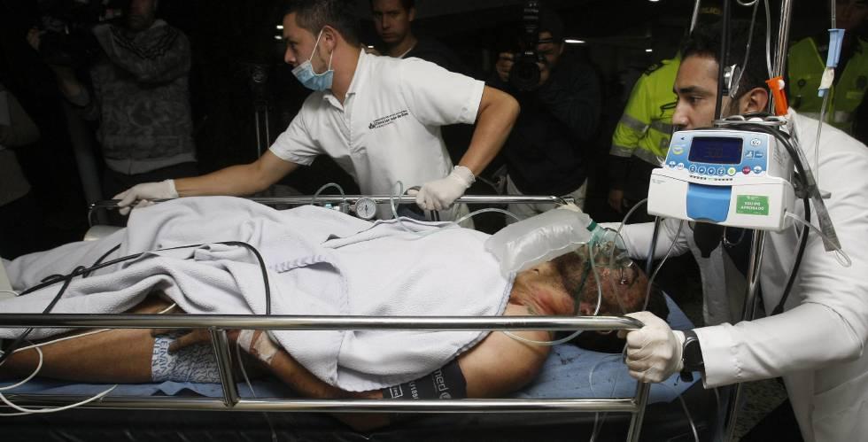 Médicos colombianos trasladan al jugador Alan Ruschel.
