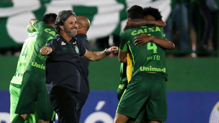 El director técnico del Chapecoense, Caio Junior, celebra con sus jugadores el pase a la final de la Copa Sudamericana.