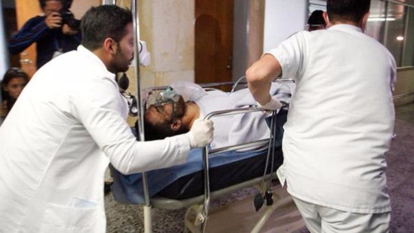 Alan Ruschel, sobreviviente del accidente, es llevado al hospital para ser atendido.