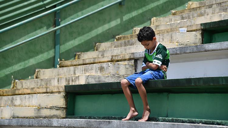 Un niño aficionado del Chapecoense en la tribuna del Arena Conda.