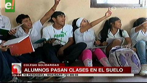 Alumnos del colegio Solidaridad pasan clases sentados en el suelo