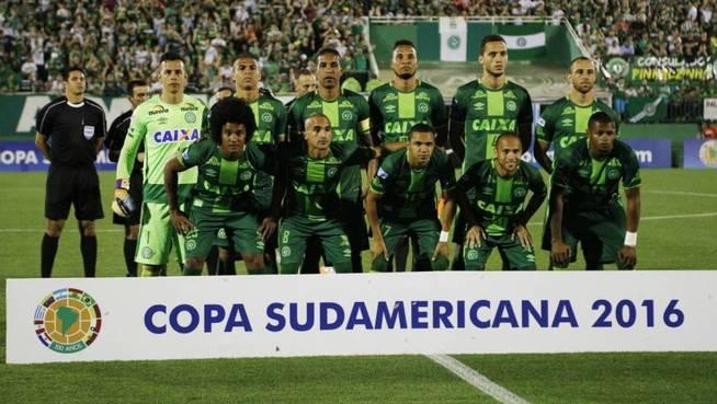 El equipo Chapecoense, con Cléber Santana, tercero por la izquierda en la fila de arriba. (EFE)