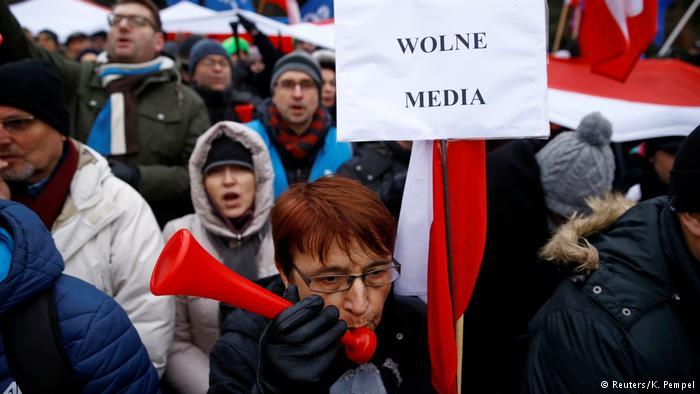 Polen Erneut Proteste gegen Einschränkung der Parlamentsberichterstattung (Reuters/K. Pempel)