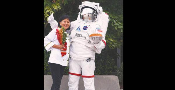 un encuentro  inolvidable de 'alto vuelo' Llevó sus productos hasta el centro espacial Kennedy, en Florida (EEUU) Ana Chipana recuerda con emoción estas fotos que le  tomaron luego del desayuno-degustación en base a quinua que ofreció a astronautas de la