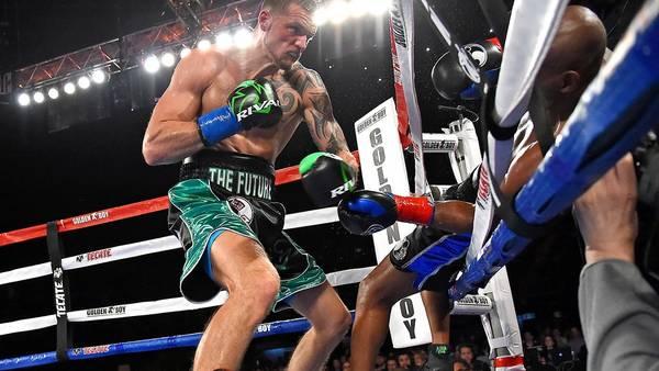 Bernard Hopkins, a punto de caer fuera del ring por el castigo de Joe Smith Jr. (Reuters)