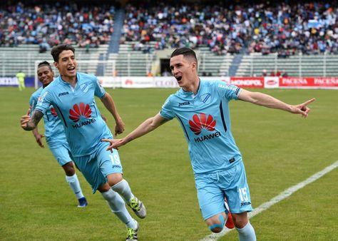 Juan Miguel Callejón abre los brazos y celebra. Se asocia Nelson Cabrera.