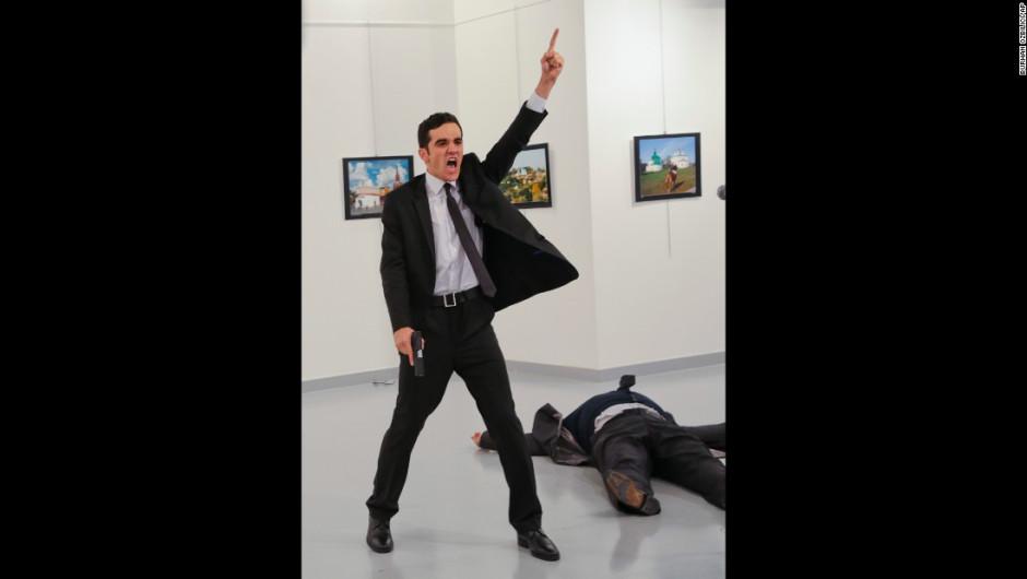 El atacante gesticula y grita cerca del cuerpo de Karlov. En un video que circula en redes sociales, se le escucha gritando: