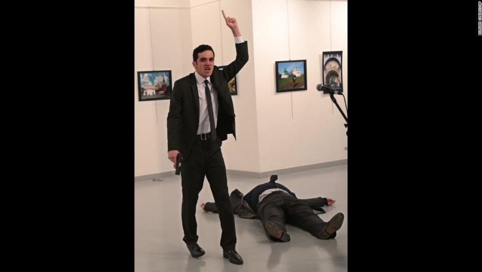 El hombre armado grita cerca del cuerpo de Karlov.