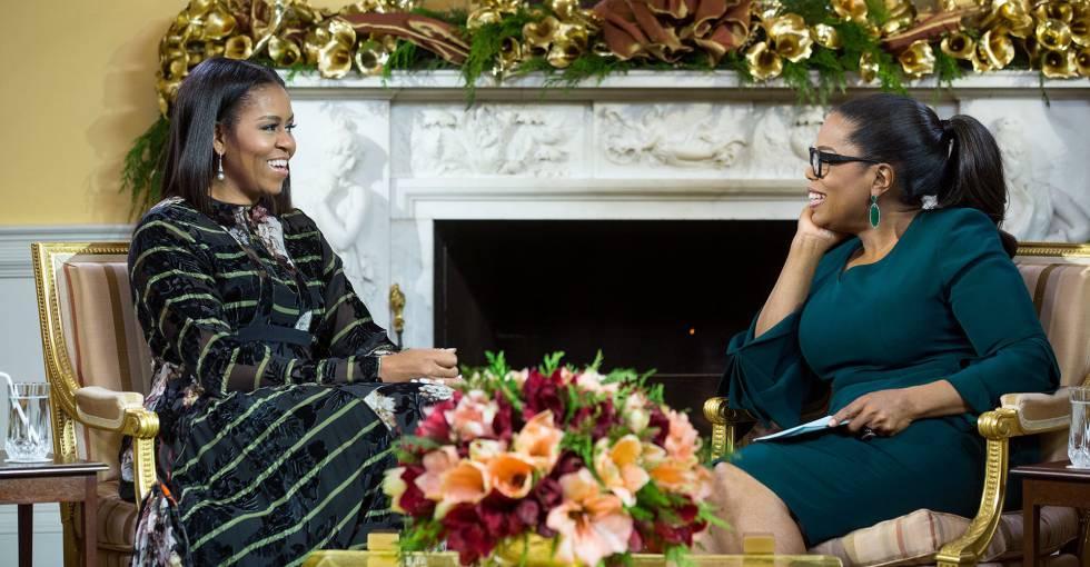 Michelle Obama y, a la derecha, Oprah Winfrey durante su entrevista.