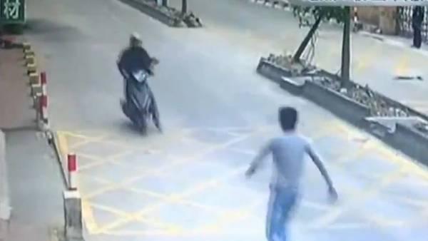 Le robaron el celular y frenó al ladrón con una patada