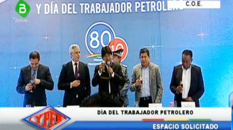 Morales (c) en el acto de YPFB en la zona Sur de La Paz. A su derecha el vicepresidente Álvaro García Linera.