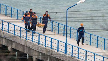 Socorristas rusos cargan una camilla con un cuerpo recuperado tras el choque el avión militar ruso en el Mar Negro (Crédito: STRINGER/AFP/Getty Images)