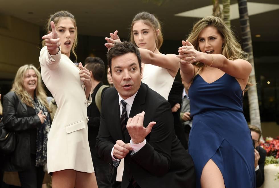 Jimmy Fallon posa junto a las Miss Golden Globes 2017, las hermanas Sistine, Scarlet y Sophia Stallone.