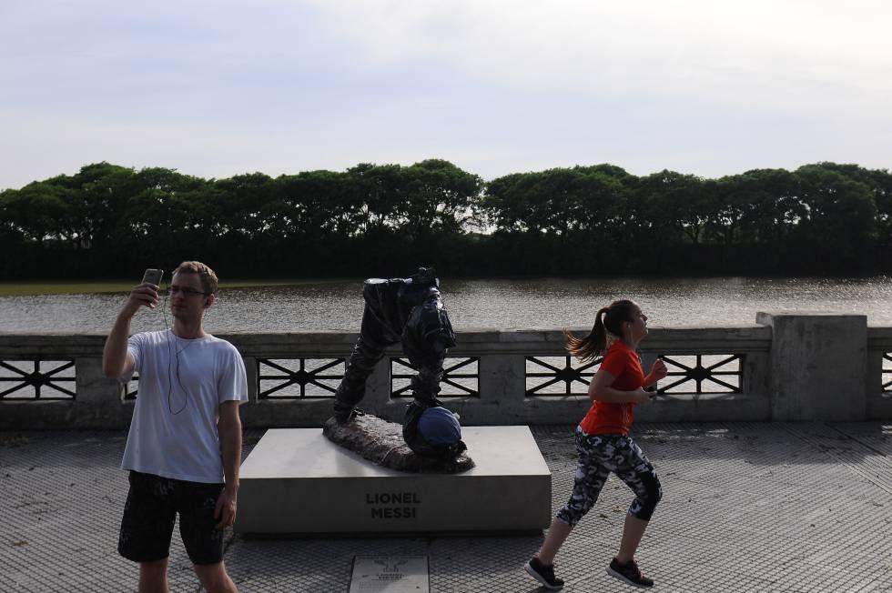 El monumento a Messi destrozado por vándalos en Buenos Aires.
