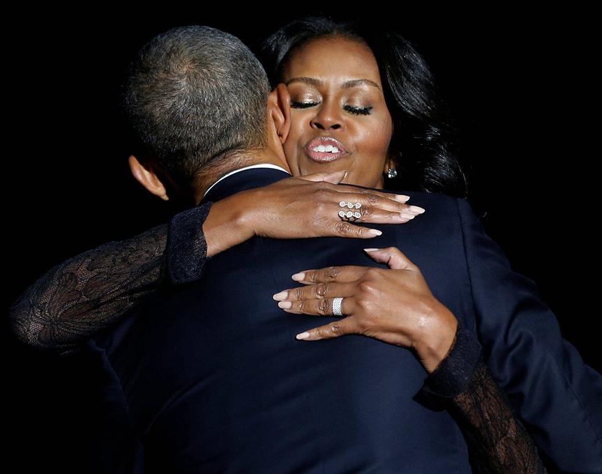 Michelle y Barack Obama se funden en un abrazo durante el discurso de despedida del presidente.
